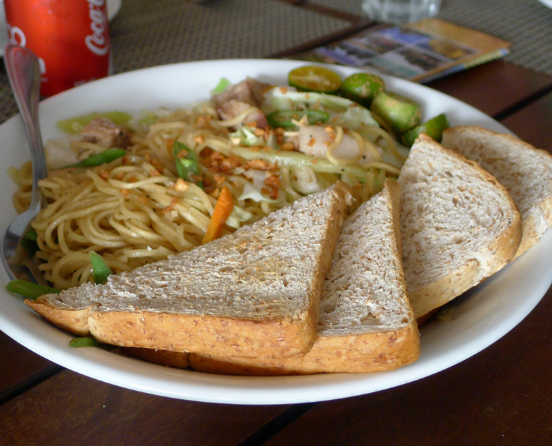 Pancit Canton with Toasted Bread